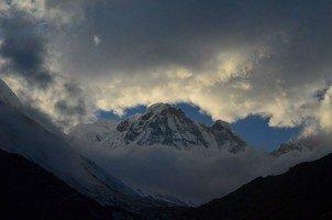 Аннапурна Южная.  Світанок біля підніжжя Аннапурни. Непал, Hikeup