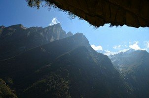 Вид из пещеры Хинку.  Світанок біля підніжжя Аннапурни. Непал, Hikeup