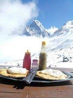 Обед с видом в АВС.  Світанок біля підніжжя Аннапурни. Непал, Hikeup