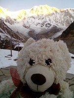 Плюшевый медведь Федя в АВС.  Світанок біля підніжжя Аннапурни. Непал, Hikeup