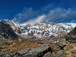 Человек и восьмитысячная Аннапурна I. Вид из АВС.  Світанок біля підніжжя Аннапурни. Непал, Hikeup
