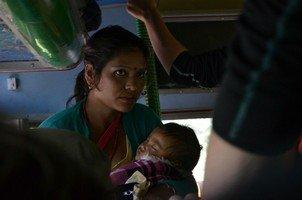 Мать с сыном в локалбасе.  Вокруг Аннапурны. Непал - Перевал Торонг-Ла, Hikeup