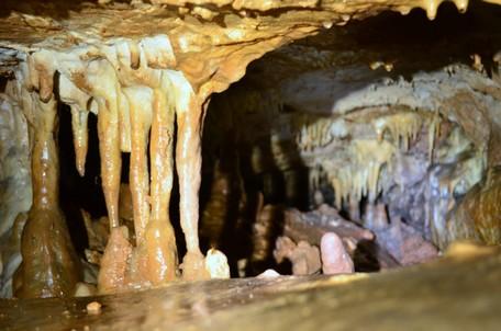 Сталагматы и разноцветные натёки.  Пещеры Чатыр-Дага, Hikeup