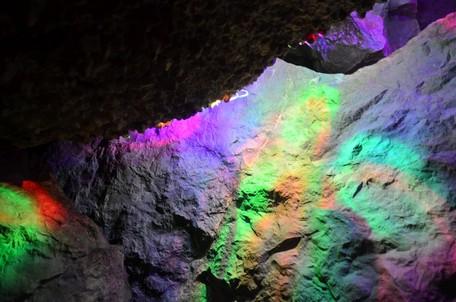 Чуть-чуть света и пещера играет удивительными красками..  Пещеры Чатыр-Дага, Hikeup