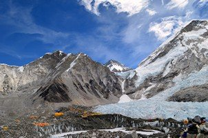 Базовый лагерь Эвереста у края ледника Кхумбу.  Базовый лагерь Эвереста и озера Гокио, Hikeup