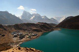 Вид на озеро с подъема на Гокио Ри.  Чарующий и таинственный Непал. Далеко и ещё дальше., Hikeup
