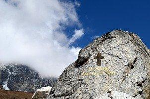 Мемориал погибшим альпинистам.  Базовый лагерь Эвереста и озера Гокио, Hikeup