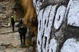 Мантра на скале.  Базовый лагерь Эвереста и озера Гокио, Hikeup