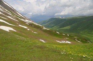 Снежники на лугах.  Поход по грузинскому Кавказу. Верхняя Сванетия. Грузия, Hikeup