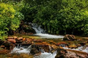 Горная река.  Трекинг в Сванетии, Грузия, Hikeup