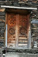Резные двери в Ушгули.  Трекинг в Сванетии, Грузия, Hikeup