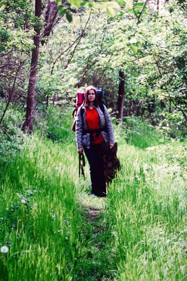Послушный пес с хозяйкой на лесной тропе у Бакоты