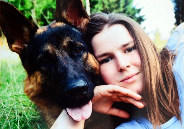 Счастливые собака и хозяйка по завершению похода