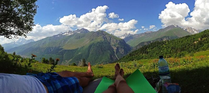 Миг невероятного блаженства. Панорамный вид на Кавказский хребет после обливания ледяной водой из горного ручья