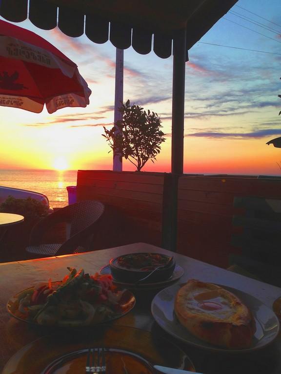 В Кобулети много кафешек расположено на набережной, сидя за столиком можно любоваться прекрасным закатом